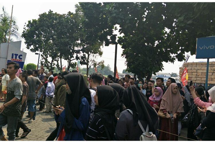 Pengunjung ITC Depok, Margonda, Depok berhamburan, Jumat (28/6/2019).