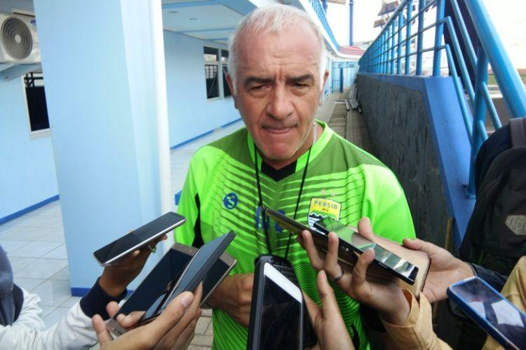Pelatih Perwib Bandung Mario Gomez saar diwawancara wartawan di Stadion Arcamanik beberapa waktu lalu.