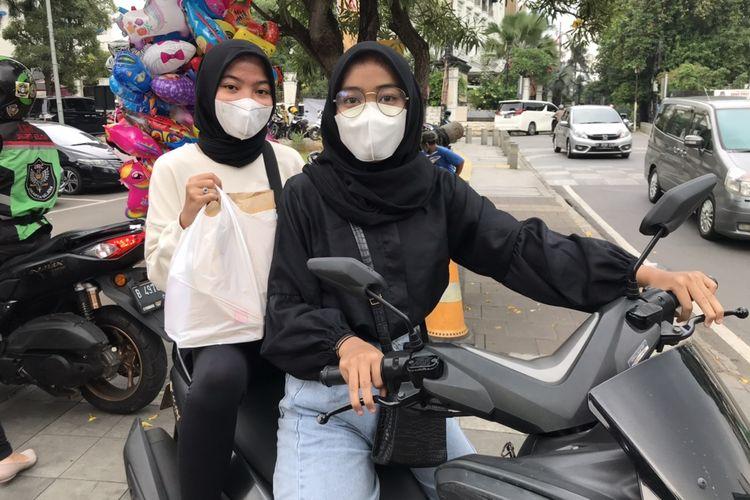 Vina Erta Cantika (17), BTS Army asal Ciganjur, Jagakarsa. Jakarta Selatan saat berburu BTS Meal di McDonalds Kemang, Bangka, Mampang Prapatan, Jakarta Selatan pada Rabu (9/6/2021) sore.