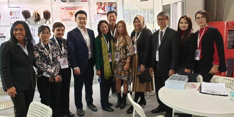 Duta Besar RI Esti Andayani berselendang hijau, berpose dengan perwakilan Indonesia dalam pameran produk kosmetik dan kecantikan COSMOPROF, di Bologna, Italia, 14?18 Maret 2019.