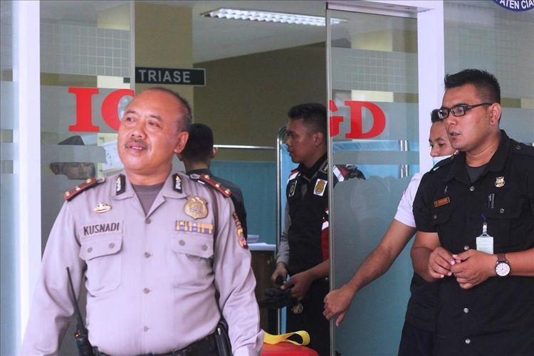 Sejumlah personil kepolisian berjaga di IGD RSUD Sayang Cianjur, Jawa Barat, Kamis (15/08/2019) yang tengah menangani empat anggota polisi yang mengalami luka bakar saat mengamankan aksi unjukrasa mahasiswa yang berujuk ricuh. Seorang korban harus dirujuk ke RS Polri karena mengalami luka bakar 80 persen