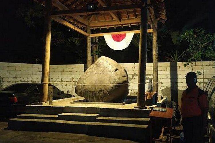Salah satu punggawa kerajaan saat menjaga batu besar yang dianggap sebagai prasasti Kerajaan Keraton Agung Sejagat, pada Senin (13/1/2020).