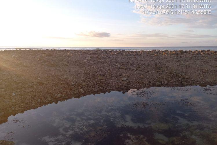 Gundukan pasir dan batu karang yang mirip pulau di Kabupaten Sabu Raijua NTT
