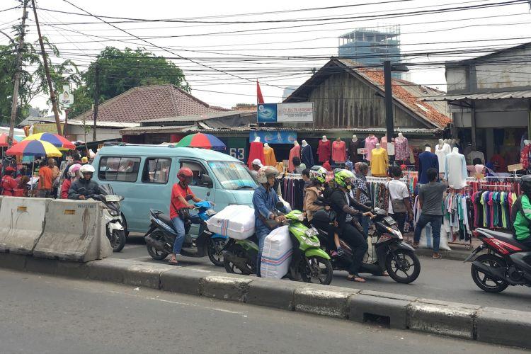 PKL berjualan di sekitaran Stasiun Tanah Abang, Jakarta Pusat, Rabu (18/10/2017).