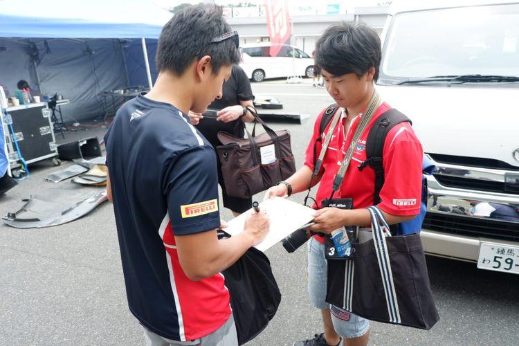 Rio Haryanto saat melayani permintaan dari fan di Jepang usai seri ketiga Blancpain GT World Challenge Asia 2019 di Sirkuit Suzuka, Jepang, Minggu (23/6/2019).