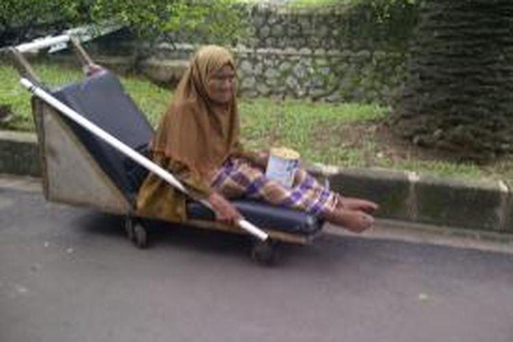 Salah satu pengemis dengan modus pura-pura lumpuh dan menggunakan gerobak yang diamankan petugas Suku Dinas Sosial Jakarta Selatan. (Dokumen foto Suku Dinas Sosial Jakarta Selatan)
