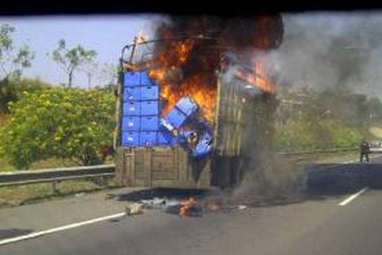 Sebuah truk bernomor polisi B 8039 DD terbakar di kilometer 39 Jati Asih arah Kampung Rambutan, Jumat (23/8/2013)