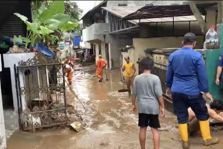 Banjir yang sempat merendam kawasan Pejaten Timur, Pasar Minggu, Jakarta Selatan mulai surut pada Senin (8/2/2021).