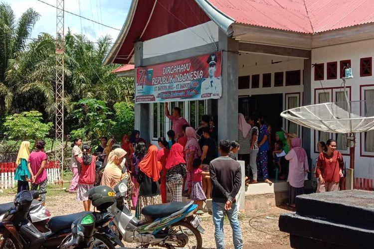 Pembagian bantuan JPS Provinsi Sumbar di Nagari atau Desa Rawang Gunuang Malelo, Pesisir Selatan berlangsung ricuh. Akibatnya kantor wali nagari rusak, Kamis (7/5/2020)