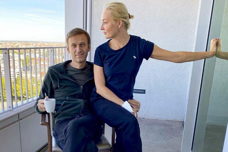 Pemimpin oposisi Rusia Alexei Navalny bersama istrinya, Yulia, di rumah sakit Berlin, Jerman, pada 21 September 2020.