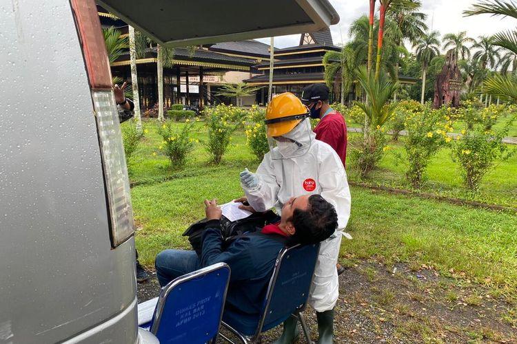 Salah satu warga terjaring razia masker dan langsung dites swab oleh Dinas Kesehatan Kalimantan Barat, Senin (6/7/2020)
