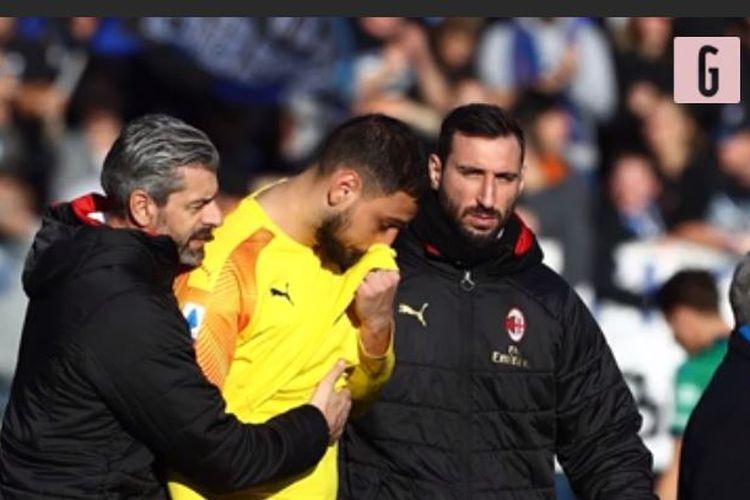 Kiper AC Milan, Gianluigi Donnarumma, meninggalkan lapangan dengan dihibur oleh kakaknya, Antonio, dan Luigi Turci, pelatih kiper Milan setelah kekalahan 0-5 kontra Atalanta di laga Liga Italia, Minggu (22/12/2019).