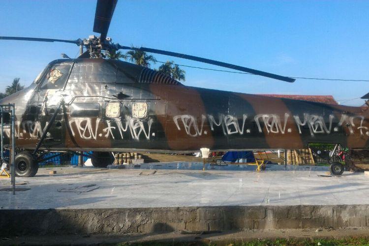 Tugu helikopter di Pangkalan Udara (Lanud) Atang Sendjaja, Bogor, Jawa Barat, terlihat banyak coretan di bagian samping badan helikopter. Aksi vandalisme itu diketahui terjadi pada Selasa (23/10/2017) dini hari. Kondisi tugu helikopter itu kini sudah kembali dibersihkan.