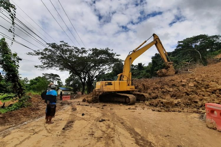 Kondisi Jalan Pattimura, Samarinda, Kaltim, yang tertimbun material longsor, Kamis (3/9/2020)