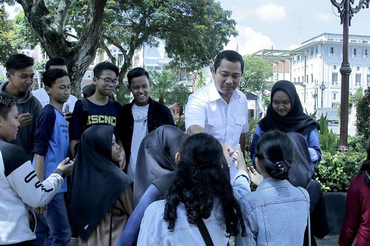 Wali Kota Semarang Hendrar Prihadi menyapa anak muda saat berkunjung ke Taman Srigunting di Kawasan Kota Lama Semarang beberapa waktu lalu.