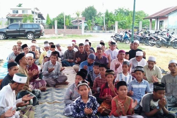Santri berdoa untuk almarhumah Ani Yudhoyono dan almarhumah Hasri Ainun Habibie di Kompleks Balai Tinggi Tarbiah, Desa Meunasah Mee Kandang, Kecamatan Muara Dua, Lhokseumawe, Senin, (3/6/ 2019).