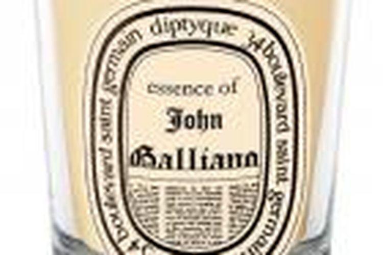 John Galiano membuat lilin koleksinya sendiri.