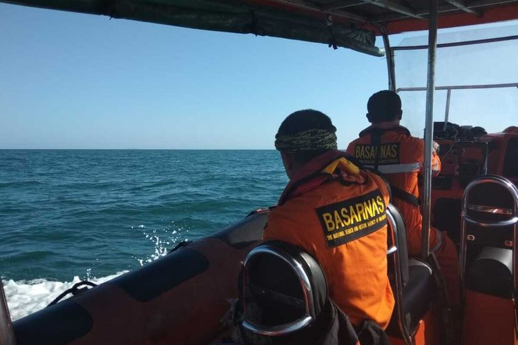 Tim Basarnas Pekanbaru melakuan pencarian korban kapal tenggelam di selat malaka, Kabupaten Bengkalis, Riau, Kamis (23/1/2020). Kapal tersebut mengangkut 20 orang TKI tujuan Malaysia.