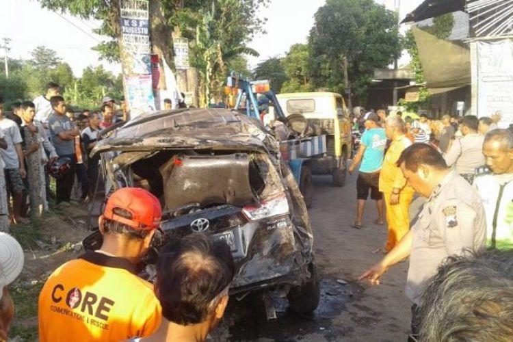 Anggota kepolisian dan relawan mengevakuasi mobil yang tertabrak kereta api di Desa Purbayan, Baki, tepatnya di Jalan Raya Gawok, Sukoharjo, Senin (23/10/2017).