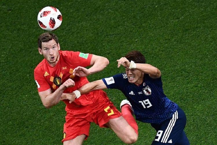 Jan Vertonghen dan Hiroki Sakai berduel di udara pada laga Belgia vs Inggris dalam babak 16 besar Piala Dunia 2018, 2 Juli 2018.