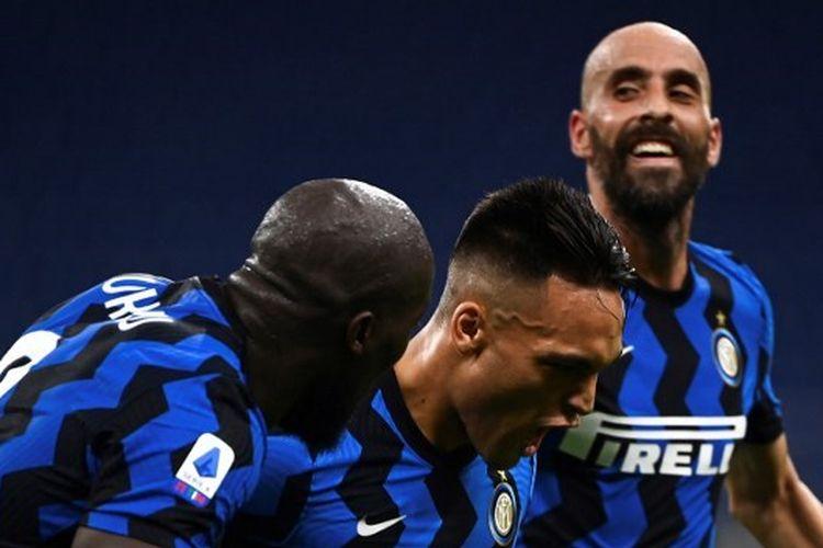 Lautaro Martinez merayakan gol yang ia cetak bersama Romelu Lukaku dan Borja Valero dalam laga Inter vs Napoli pada pekan ke-37 Liga Italia yang digelar di Stadion Giuseppe Meazza, Rabu (29/7/2020) dini hari WIB.