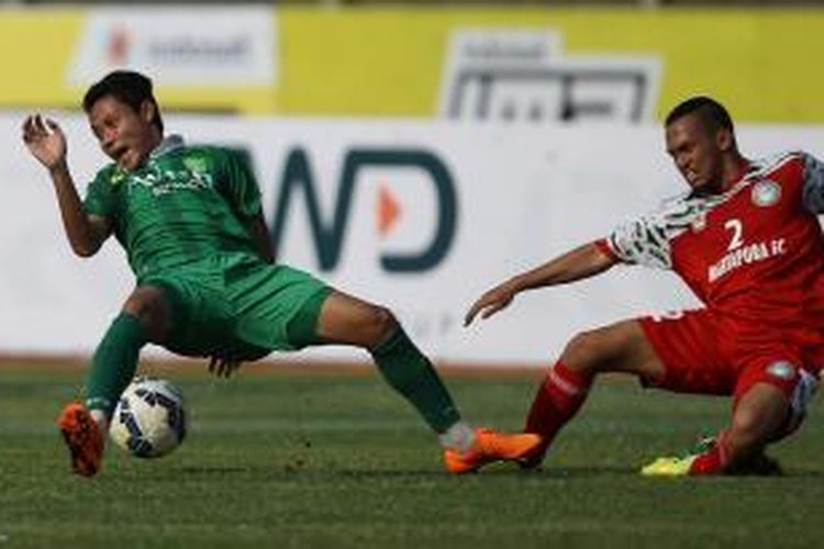 Gelandang Persebaya United, Evan Dimas Darmono (kiri) saat bertanding melawan Martapura FC pada laga Piala Presiden 2015.