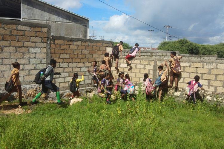 Murid SD Kristen Petra Alak, Kecamatan Alak, Kota Kupang, Nusa Tenggara Timur (NTT), saat memanjat tembok setinggi 4 meter, Jumat (6/3/2020)