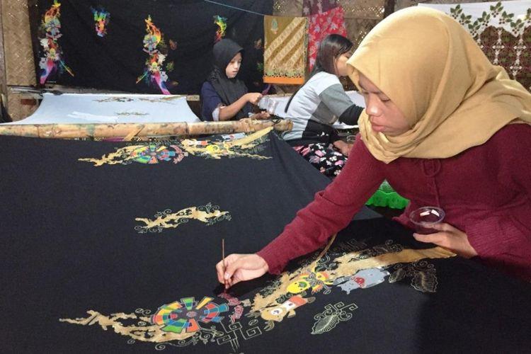 Inilah Batik Tulis Abstrak Bermotif Asian Games Yang Dibuat Andriyanto, Pemilik Sanggar Ijen Batik Desa Kemirian, Kecamatan Tamanan, Kabupaten Bondowoso, Jawa Timur.
