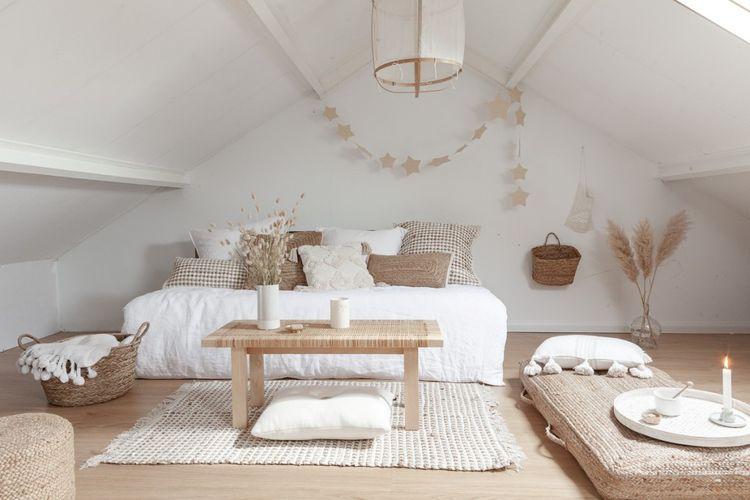 Kamar dengan kombinasi beige dan putih karya Danielle
