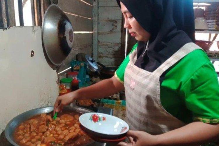 Yuslinawati (36) membuat bakso tumis.