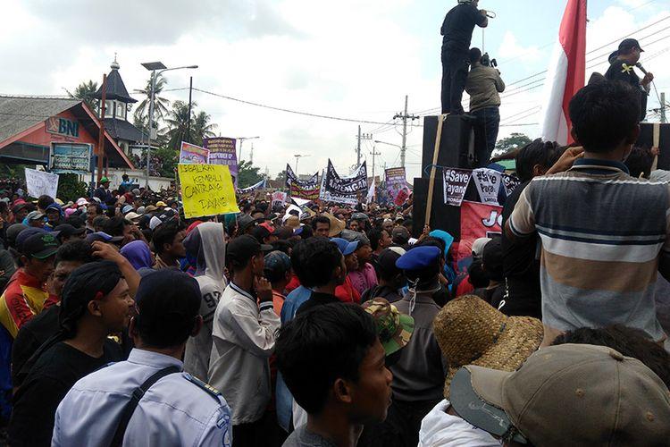 Para nelayan Lamongan menggelar aksi demonstrasi menolak aturan pelarangan penggunaan cantrang oleh KKP di Pelabuhan Perikanan Nusantara Brondong.