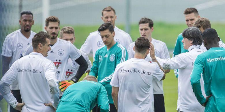 Suasana latihan tim nasional Jerman yang dipimpin pelatih kepala, Joachim Loew di CSKA Sport Bas, Vatutinki, Rabu (13/6/201). Timnas Jerman akan menghadapi Meksiko pada laga perdananya di Piala Dunia 2018 pada 17/6/2018.