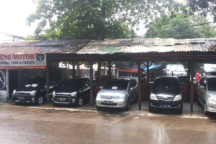 Deretan mobil bekas yang dijual di diler Ciliwung Motor, Kelapa Dua, Depok, Selasa (13/2/2018).