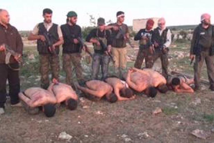 Tujuh orang tentara Suriah ditangkap dan kemudian dibunuh para pemberontak. Adegan pembunuhan mereka difimlkan dan filmnya telah beredar di internet.