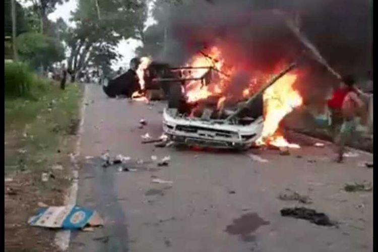 Gara-gara pembagian BLT Covid-19 ratusan warga memblokade jalan dan berujung bentrok dengan petugas keamanan di Desa Mompang Julu, Panyabungan Utara, Mandailing Natal, Senin (29/06/2020). Kejadian itu menyebabkan sedikitnya enam polisi luka-luka dan tiga kendaraan hangus dibakar massa.