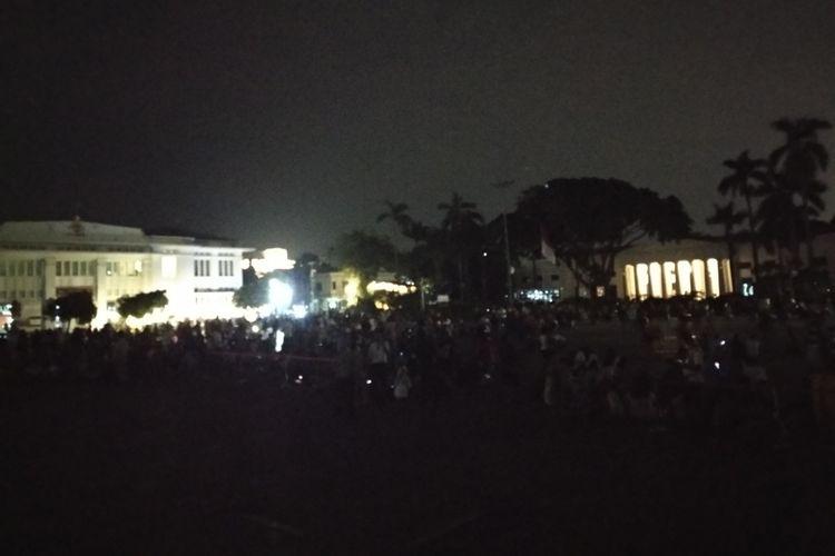 Pengunjung Taman Fatahillah melihat proses gerhana tanpa penerangan, Rabu (31/1/2018)