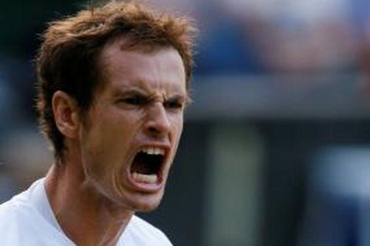 Petenis Skotlandia, Andy Murray, beteriak setelah mendapatkan poin saat melawan Jerzy Janowicz dari Polandia, pada laga semifinal turnamen Grand Slam WImbledon, Jumat (5/7/2013).
