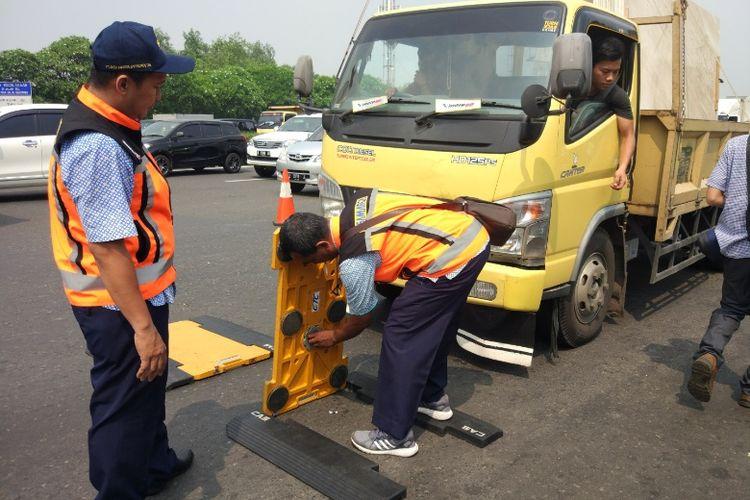 Pemeriksaan truk yang kelebihan muatan di Gerbang Tol Kapuk, Jakarta Utara, Selasa (22/8/2017).