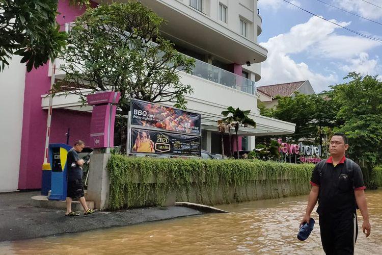Beberapa warga komplek Puri Indah menginap di Fave Hotel Kembangan Selatan, Jakarta Barat karena rumahnya terendam banjir, Kamis (2/1/2020) siang.