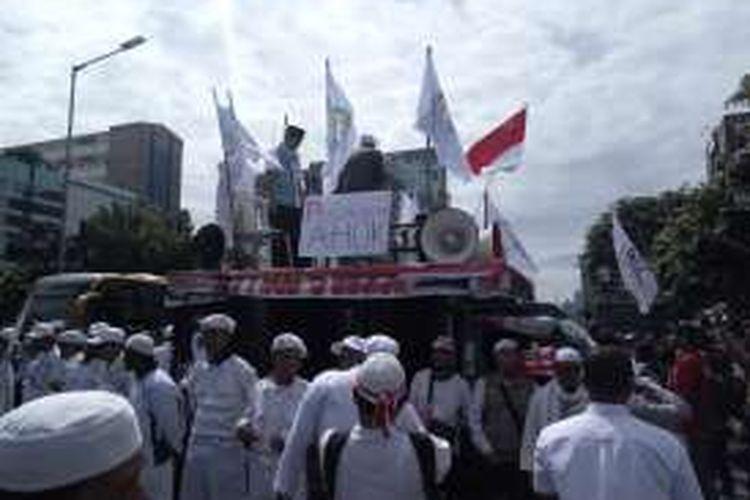 Aksi unjuk rasa di depan gedung Pengadilan Negeri Jakarta Utara, Selasa (13/12/2016). Di dalam PN Jakarta Utara saat ini tengah berlangsung sidang kasus dugaan penodaan agama dengan tersangka Basuki Tjahaja Purnama atau Ahok.