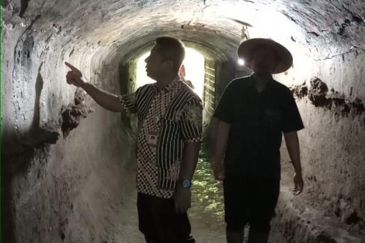 Tim BPCB Jateng mengecek kondisi terowongan atau bunker bekas Pabrik Gula Cokro, Kecamatan Tulung, Kabupaten Klaten, Jateng.