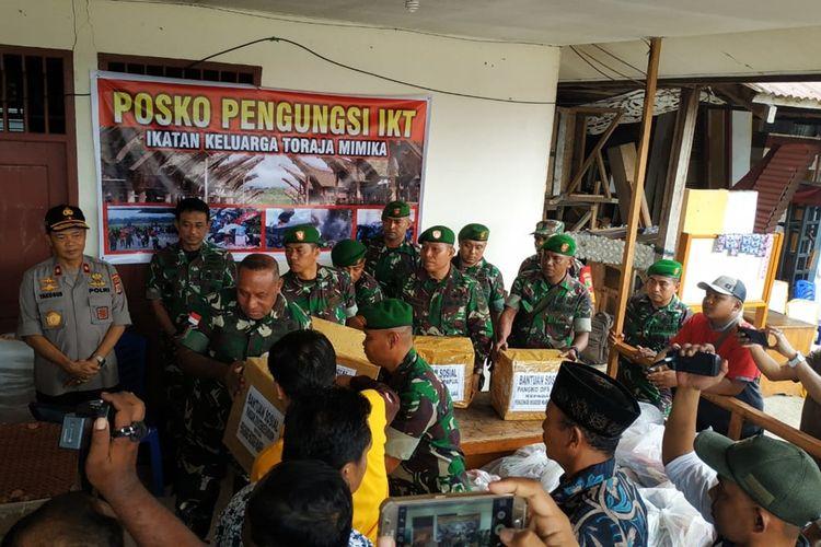 Pangdam XVII/ Cenderawasih Mayjen TNI Herman Asaribab dan rombongan ketika memberikan bantuan kepada pengungsi dari Wamena dan Ilaga di Timika, Selasa (8/10/2019)