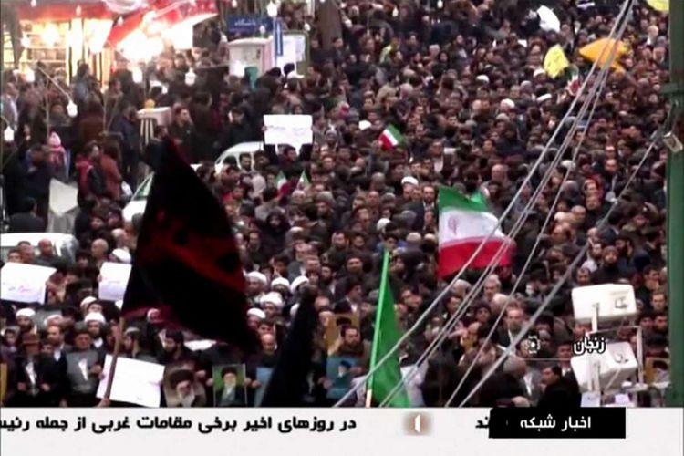 Gambar diambil dari sebuah siaran oleh Islamic Republic of Iran Broadcasting (IRIB) pada Senin (1/1/2018), menunjukkan sekelompok orang yang menggelar aksi mendukung pemerintah di kota barat laut Zanjan. Unjuk rasa anti-pemerintahan Presiden Hassan Rouhani di Iran berlangsung hampir sepekan, memakan korban tewas hingga puluhan orang dan ratusan orang ditangkap pihak keamanan.