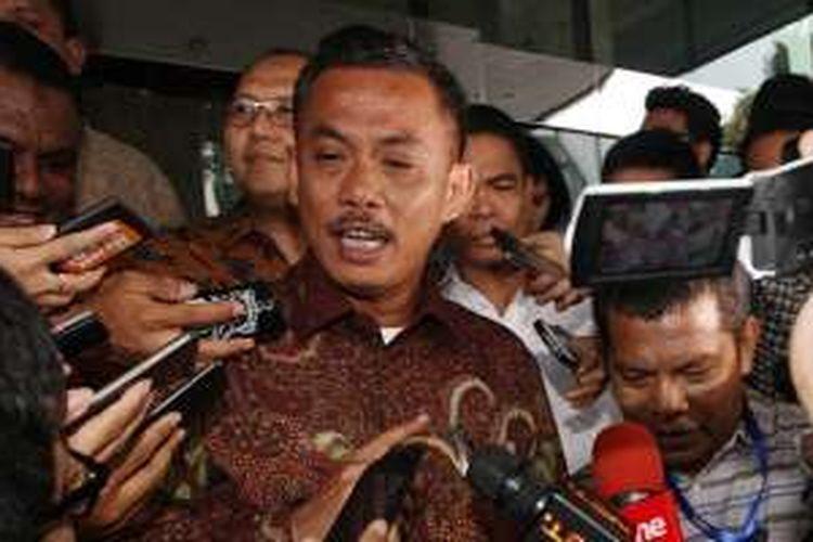 Ketua DPRD DKI Jakarta Prasetyo Edi Marsudi menjawab pertanyaan wartawan seusai diperiksa di Gedung KPK, Jakarta, Senin (11/4/2016).