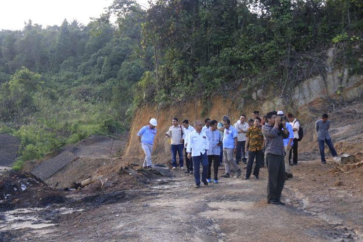 Rombongan Ditjen Pengendalian Pencemaran dan Kerusakan Lingkungan (PPKL) Kementerian Lingkungan Hidup dan Kehutanan (KLHK) dan Pemprov Kaltim meninjau lubang tambang yang hendak dijadikan proyek percontohan di Samarinda, Jumat (4/10/2019).