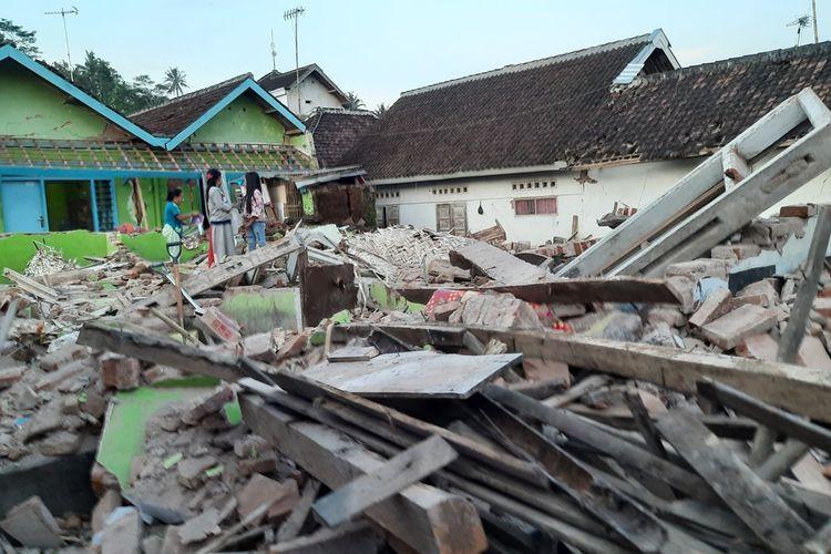 Kondisi rumah Sutrisno (63) di Desa Majangtengah, Kecamatan Dampit, Kabupaten Malang, Minggu (11/4/2021).