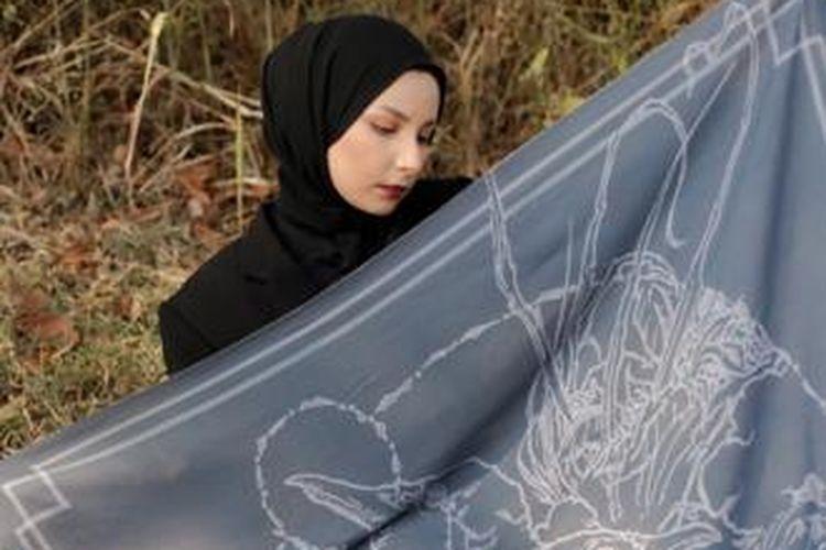 Lukisan burung rangkong dalam scarf karya Sonya Morina.
