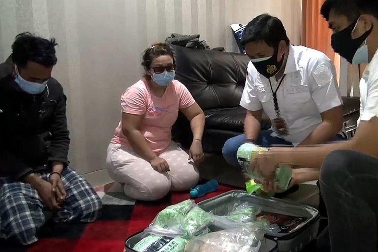 Unit 1 Satuan Narkoba Polres Jakarta Barat amankan narang bukti satu buah koper berisikan sabu dan pil ekstasi di sebuah apartemen mewah di daerah Cawang, Jakarta Timur, pada Senin (5/10/2020) malam.
