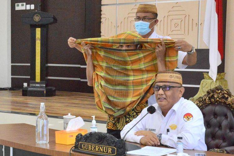 Gubernur Gorontalo Rusli Habibie mengenalkan beleuto, yaitu cara berbusana zaman dulu masyarakat Gorontalo. Dulu warga Gorontalo menggunakan sarung untuk menutupi badan dan wajah. Beleuto ini dinilai cocok dengan sistem new normal.