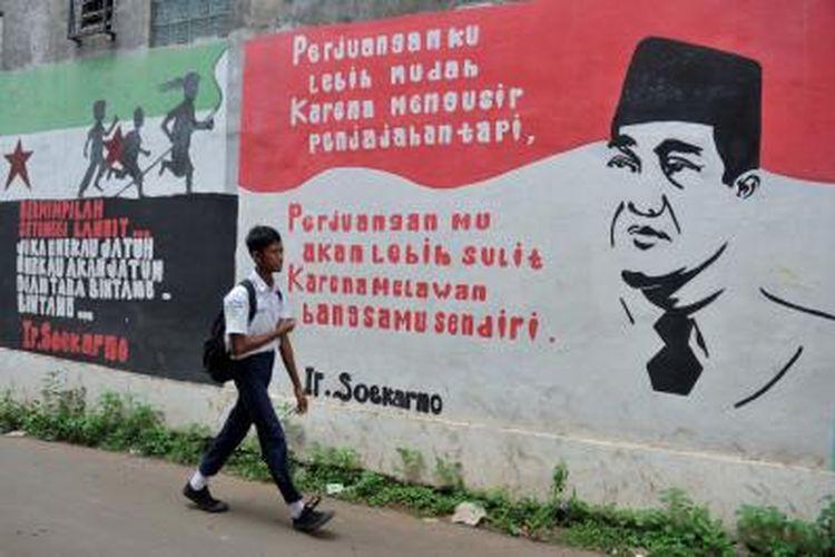 Penggalan pidato Bung Karno mewarnai mural di Jalan RE Martadinata, Cipayung, Ciputat, Kota Tangerang Selatan, Banten, Selasa (6/11/2018).